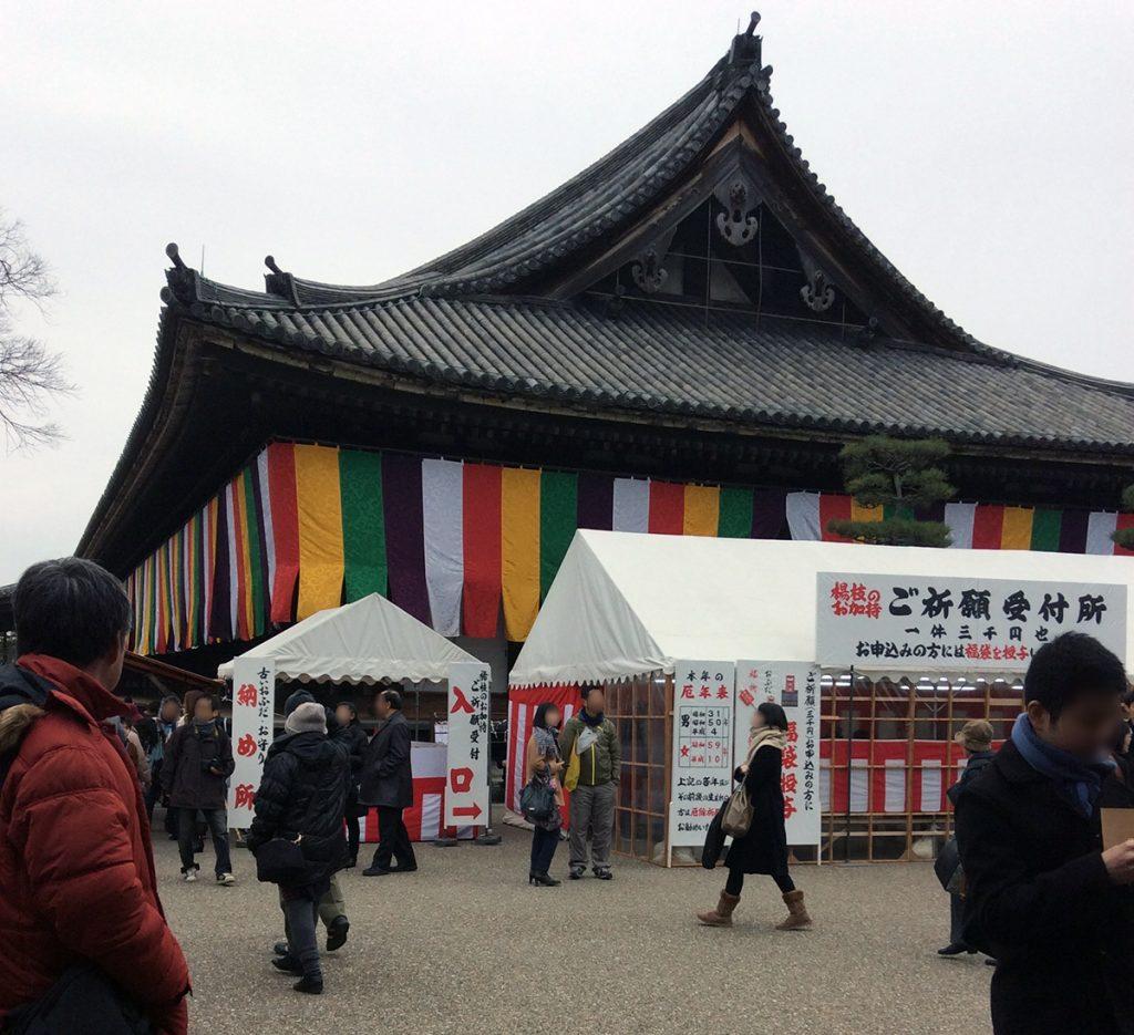 三十三間堂大的全国大会(Sanjusangendo at the time of an event of archery)