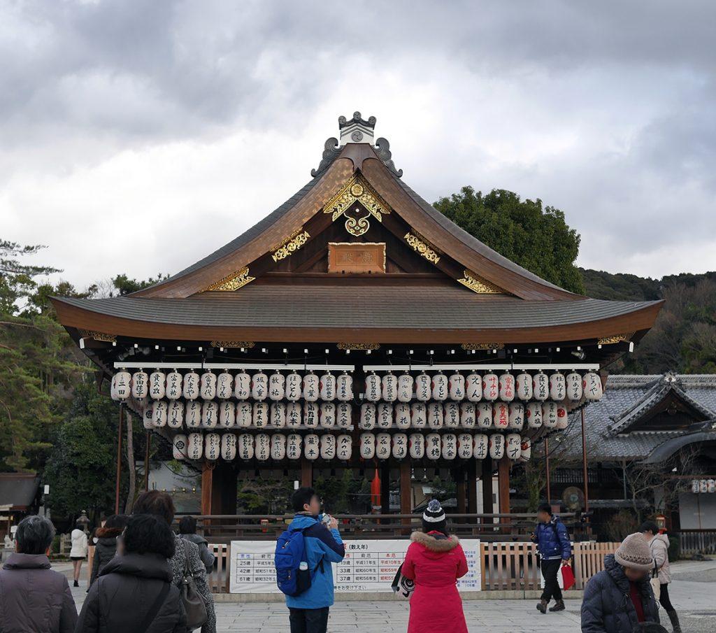 八坂神社舞殿の写真(Picture of Maidono(stage) at Yasaka-jinja)